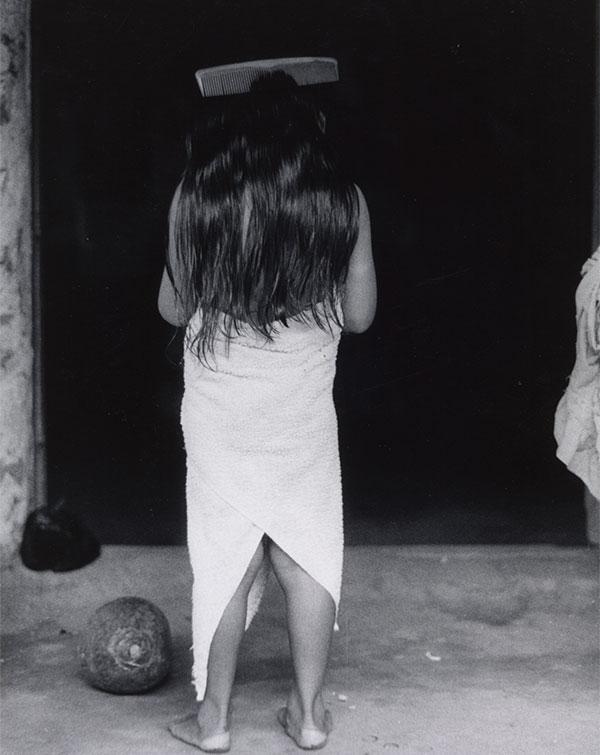 Autor, Graciela Iturbide. Título, La niña del peine, Méjico. (1980)
